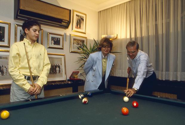 Тансу Чиллер с мужем и сыном в своем доме в Стамбуле