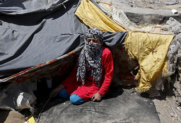 Наркозависимая афганская женщина, живущая под мостом в Кабуле