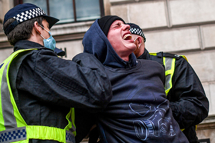 «Руки прочь от наших прав!» Как карантин в Европе привел к массовым беспорядкам и протестам против вакцинации