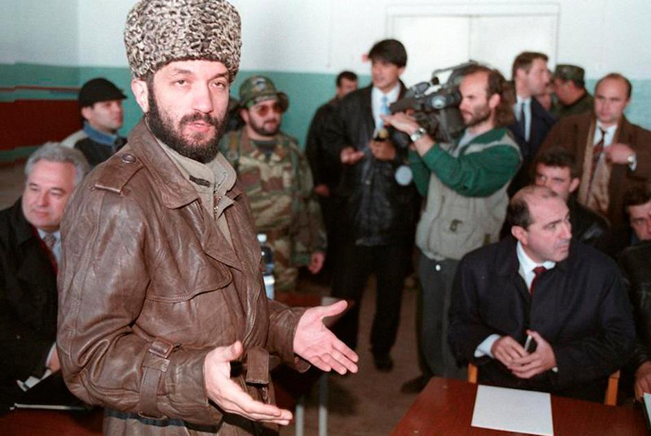 Борис Березовский в Чечне (справа)