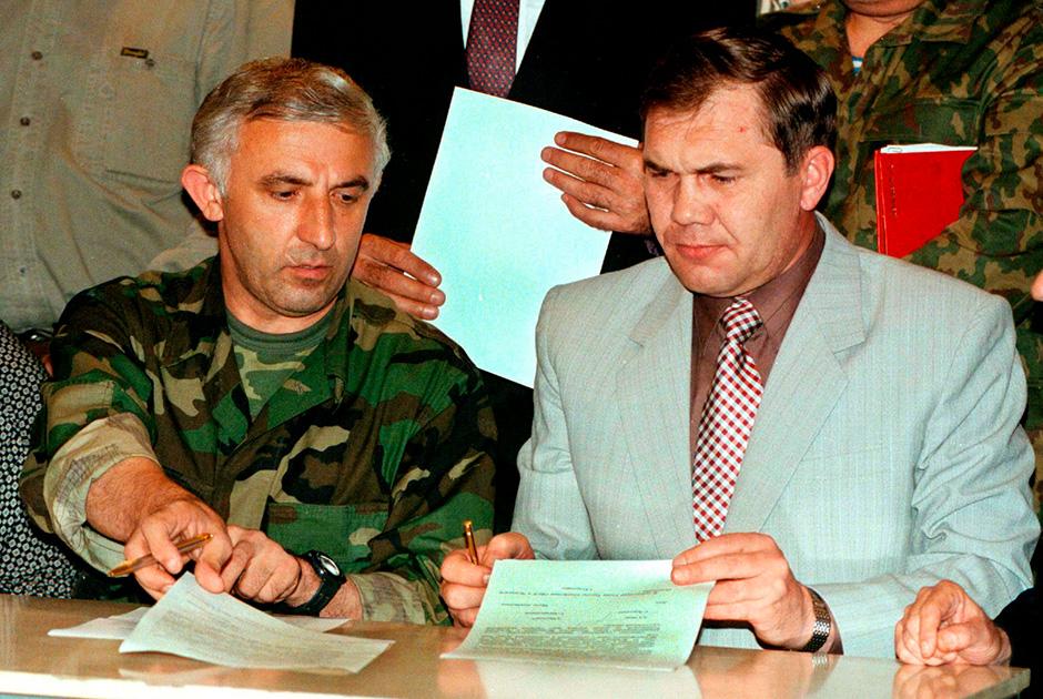 Масхадов и Лебедь по время подписания Хасавюртовских соглашений