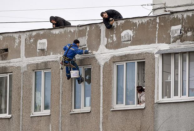 Ремонтные работы на фасаде жилого многоэтажного дома