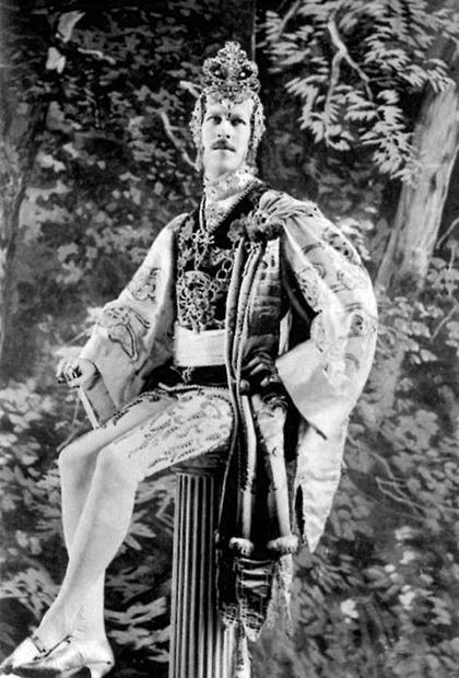 Генри Пэджет в одном из театральных костюмов