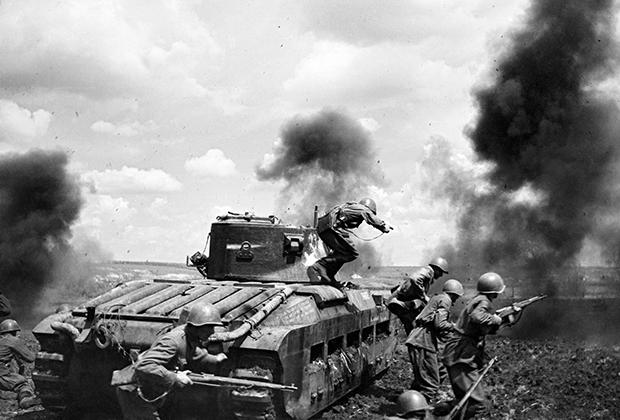 Красноармейцы под прикрытием танка Matilda Mk. II идут в атаку, 1942 год