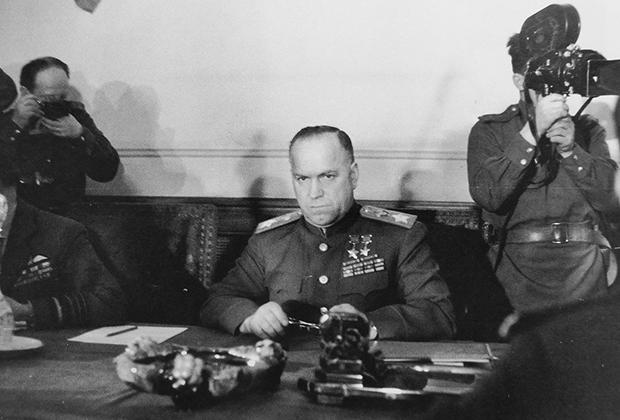 Маршал Георгий Жуков во время подписания акта о безоговорочной капитуляции вооруженных сил Германии в берлинском районе Карлсхорст, 8 мая 1945 года