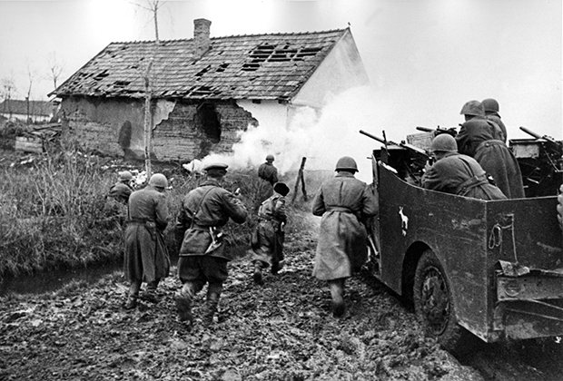 Советские солдаты самериканским бронетранспортером-разведчиком M3A1 Scout Car в бою за населенный пункт под Будапештом, 1945 год