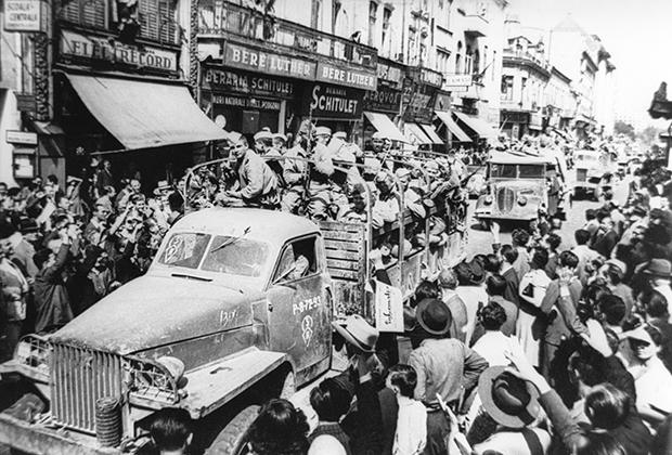 Жители Бухареста приветствуют советских солдат. На переднем плане— грузовик Studebaker US6