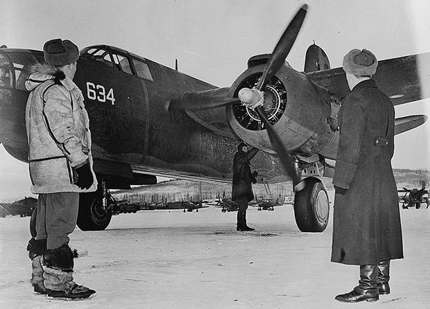 Советские летчики принимают американский бомбардировщик Douglas A-20 Boston, передаваемый по ленд-лизу