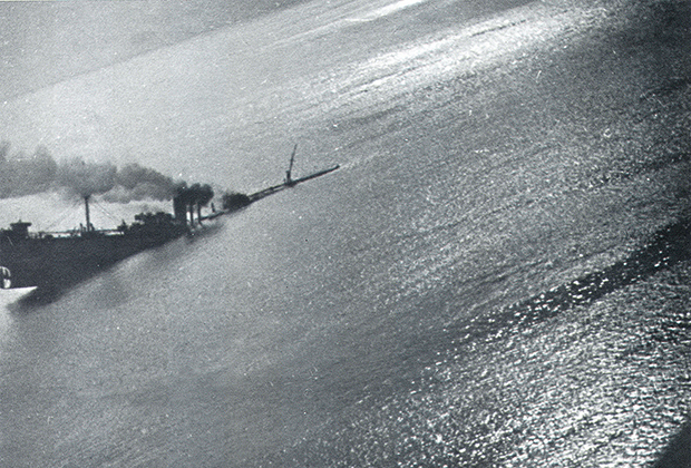 Вид на тонущий транспорт из состава конвоя PQ-17 c борта немецкого бомбардировщика Ju 88