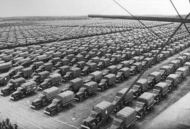 Грузовики Chevrolet G7107 и Studebaker US6 в транспортном резерве командования Красной армии, Можайск, май 1944 года