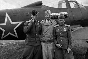 Американский и советские пилоты рядом с истребителем Bell P-39 Airacobra, поставлявшимся в СССР по ленд-лизу, 1944 год