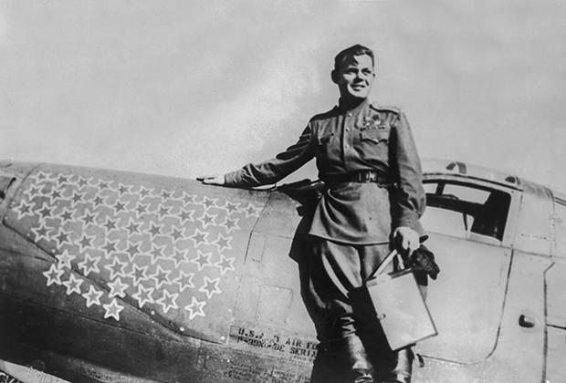 Дважды Герой Советского Союза летчик Григорий Речкалов со своим истребителем Bell P-39 Airacobra