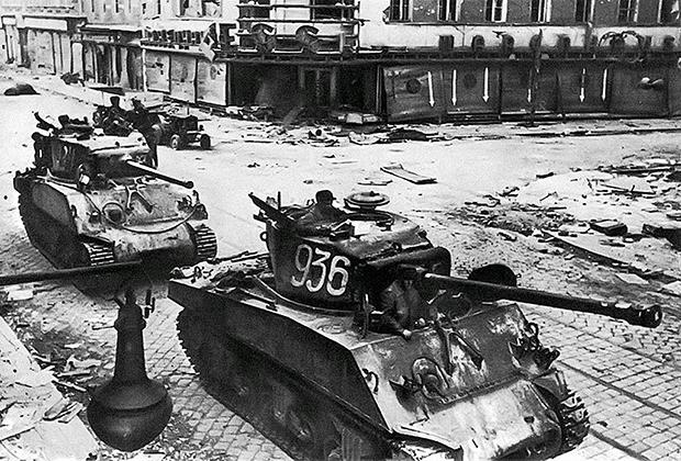 Танки М4А2(76)W Sherman 6-й танковой армии РККА на улицах Вены