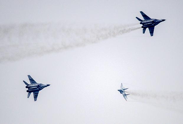 Истребители МиГ-29 выступают на полигоне возле города Борисов во время учений «Запад-2017»