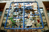 """Скандальной скульптурой отметилось начало председательства Чешской Республики в Европейском союзе в 2009 году — скульптор Давид Черни обещал создать произведение вместе с мастерами из стран Европы. Позже выяснилось, что он <a href=""""https://www.nytimes.com/2009/01/15/world/europe/15mosaic.html"""" target=""""_blank"""">не привлекал</a> к работе зарубежных коллег и выдумал имена художников, указанные в соавторстве. В итоге в здании Совета ЕС в Брюсселе появилась композиция весом восемь тонн под названием «Энтропа».<br><br>Возмущение вызвал не только обман Черни, но и его видение государств: Румынию он связал с образом Дракулы, границы Болгарии выстроил с помощью маленьких напольных туалетов, у Люксембурга повесил табличку с надписью «Продается», а Германию <a href=""""https://www.theguardian.com/artanddesign/gallery/2009/jan/14/entropa-eu-art-hoax"""" target=""""_blank"""">изобразил</a> в виде пересекающихся дорог, по форме напоминающих свастику. Чешские власти не оценили чувство юмора и изобретательность Черни, заявив, что чувствуют «удивительное сожаление». Позже инсталляцию перевезли в научный центр Techmania в городе Пльзень."""