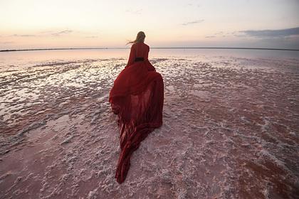«И розовые очки не нужны» Легендарное озеро в Крыму привлекает тысячи туристов. В чем его секрет?