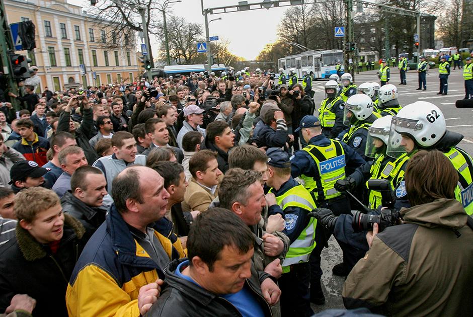 Митинг возле памятника Бронзовому солдату в Таллине, 26 апреля 2007 год