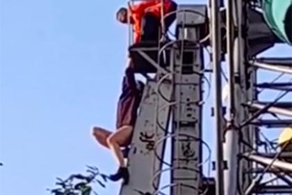 Момент падения россиянки с заброшенного колеса обозрения попал на видео