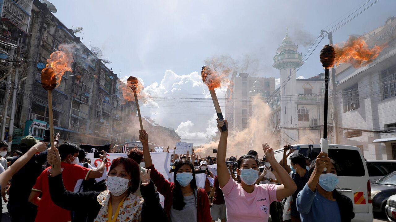 В Мьянме призвали к общенациональному восстанию против военного режима:  Политика: Мир: Lenta.ru
