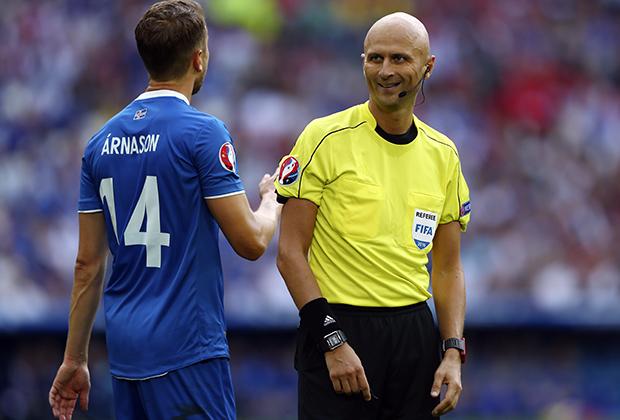 Сергей Карасев и защитник Кари Арнасон во время матча группового этапа Евро-2016 между Исландией и Венгрией