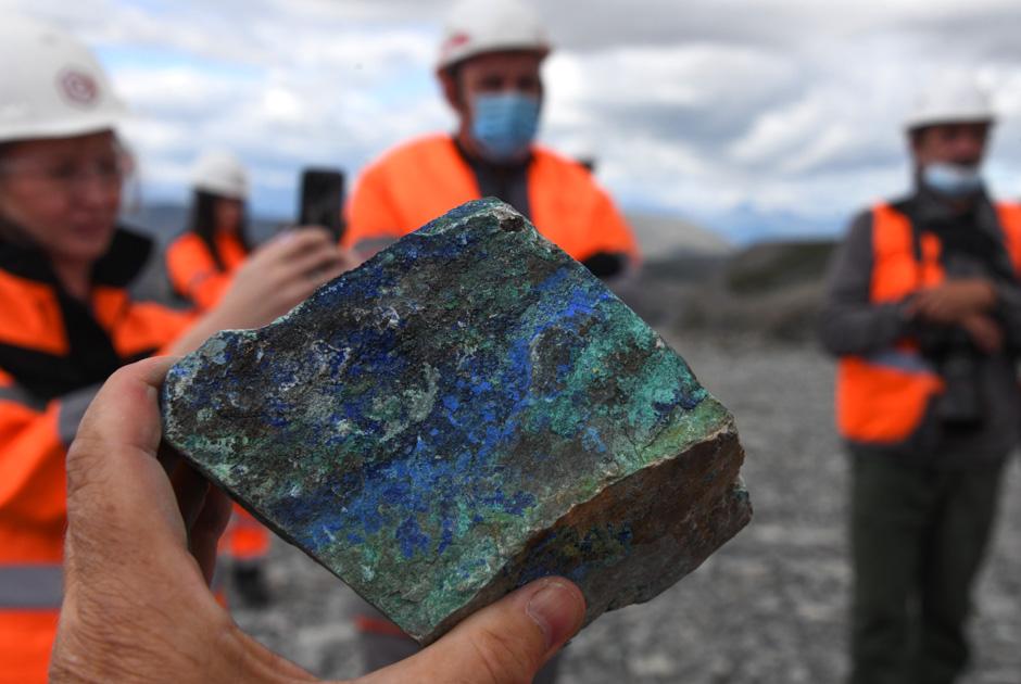 Медная руда в руках рабочего на месте строительства горно-металлургического комбината на Удоканском месторождении в Забайкальском крае.