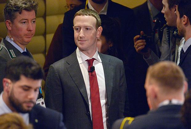Со временем Марк Цукерберг все-таки сменил футболку и джинсы на элегантный костюм с узким галстуком, как полагается олигарху