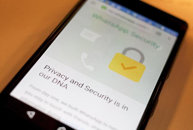 WhatsApp клянется, что «безопасность — часть ДНК мессенджера». Про наемных модераторов и искусственный интеллект ничего не говорится