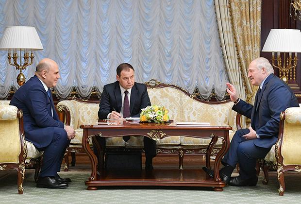 Президент Белоруссии Александр Лукашенко (справа) на встрече в Минске с премьер-министром России Михаилом Мишустиным (слева)