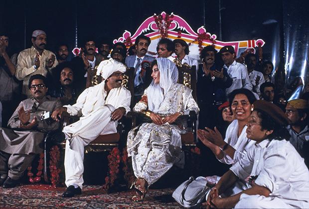Беназир Бхутто на свадьбе с вождем племени зардари Асифом Али Зардари, 18 декабря 1987 года