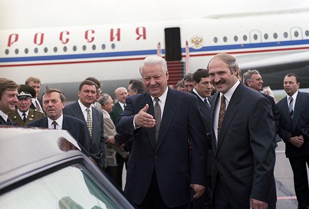 Президент России Борис Ельцин (слева) и президент Белоруссии Александр Лукашенко (справа) во время встречи в аэропорту Бреста 22 июня 1996 года перед заседанием Высшего совета России и Белоруссии