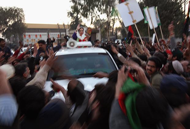 Беназир Бхутто выглядывает из машины за несколько секунд до гибели 27 декабря 2007 года в Равалпинди