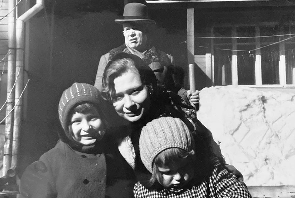 Никита Хрущев с внучкой Юлией, правнучками Ниной и Ксенией, 1968 год