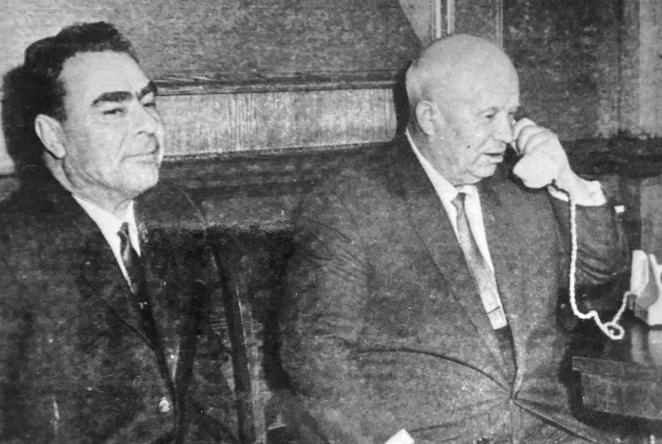 Никите Хрущеву доложили, что полет Юрия Гагарина в космос прошел успешно. Рядом — Леонид Брежнев