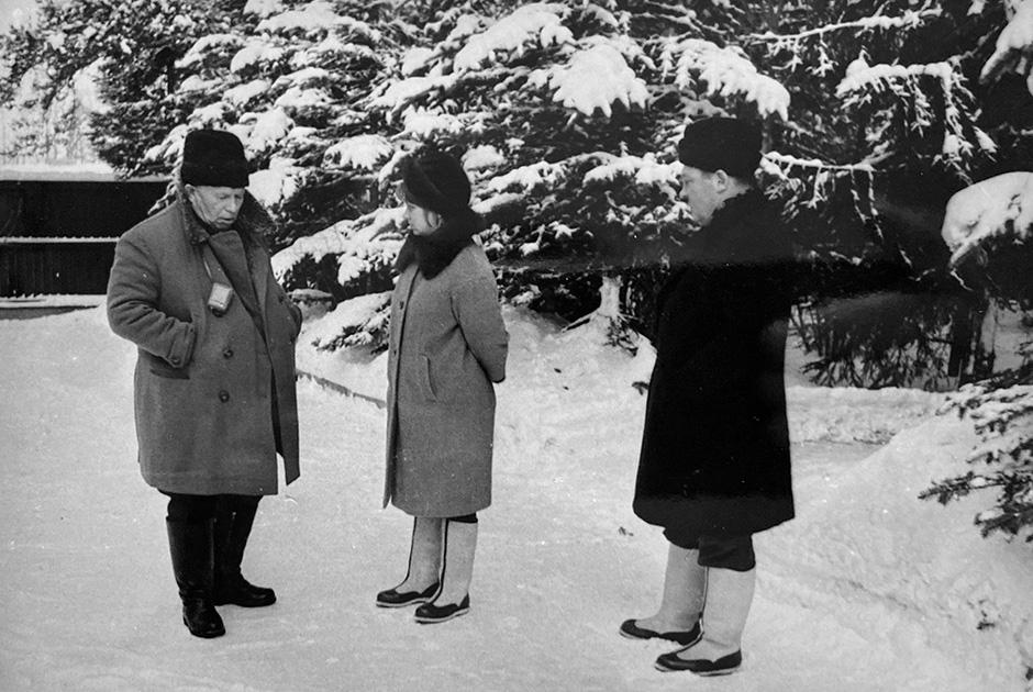 Петрово-Дальнее. 1968 год. Никита Хрущев с дочерью Радой и зятем Алексеем Аджубеем