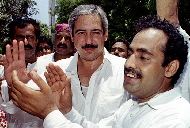 Брат Беназир Бхутто Муртаза (в центре)