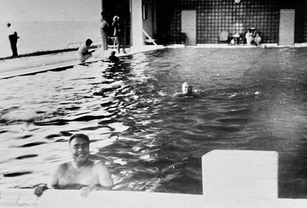 Брежнев в бассейне, Крым, август 1964 года
