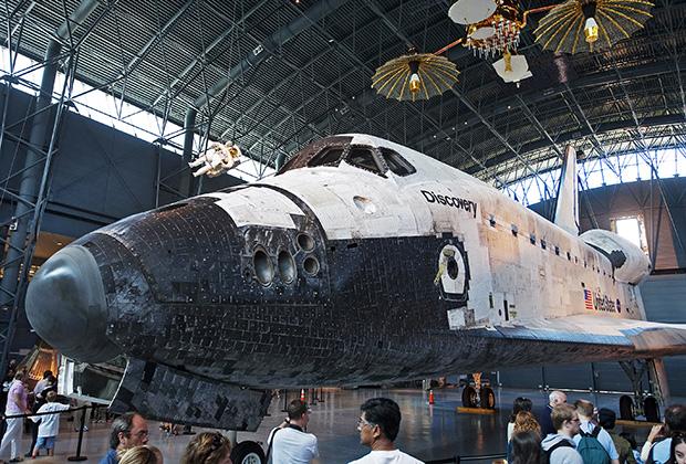 Шаттл Discovery в филиале Национального музея авиации и космонавтики Смитсоновского института