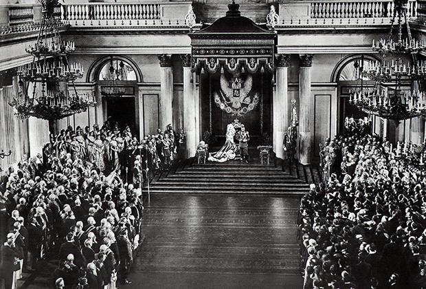 Члены Госсовета и депутаты во время молебна в Георгиевском зале Зимнего дворца в день открытия I Государственной думы, 1906 год