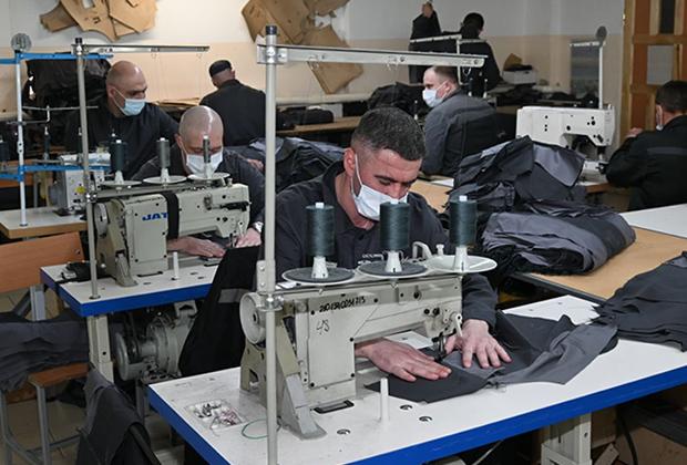 Заключенные за работой в швейном цехе