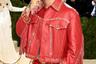 Для вечера Met Gala испанский певец Малума выбрал поистине американский наряд — кожаный костюм в ковбойском стиле. В отличие от большинства мужчин рэпер отдал предпочтение не черному смокингу, а красным куртке-косухе и брюкам с золотой фурнитурой, которые ему предоставил модный дом Versace. Малума дополнил свой образ сапогами-казаками, блестящей перчаткой и перстнем с красным изумрудом.