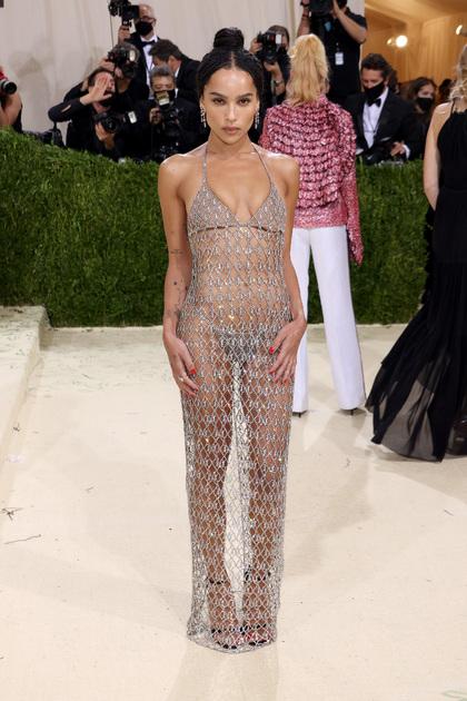 Американская актриса Зои Кравиц при выборе образа для Met Gala вдохновлялась модой «нулевых» и появилась на красной ковровой дорожке в платье-кольчуге Yves Saint Laurent. Блестящий наряд звезды полностью обнажил ее тело, напоминая культовое «голое» платье актрисы Роуз Макгоуэн, в котором та посетила премию MTV в 1998 году.