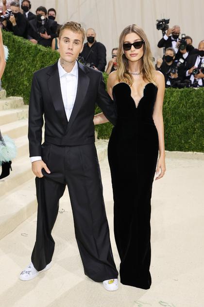 Канадский певец Джастин Бибер и его жена, американская супермодель Хейли Бибер, сделали выбор в пользу классических монохромных нарядов. Так, исполнитель вышел на публику в смокинге собственного бренда Drew. Его супруга выбрала элегантное облегающее платье Yves Saint Laurent. По словам звезды, она вдохновлялась образами актрисы Грейс Келли.
