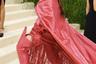 Впервые появилась на мероприятии и испанская певица Розалия. 27-летняя знаменитость вышла на ковровую дорожку в наряде из красной кожи марки Rick Owens. Массивные ботфорты на каблуках, длинные перчатки и накидка с бахромой явно намекали на происхождение исполнительницы.
