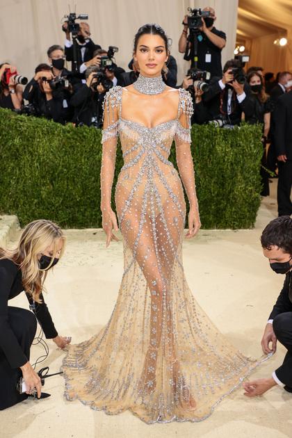Вслед за Зои Кравиц обнажилась и супермодель Кендалл Дженнер. Она в буквальном смысле сияла в прозрачном платье Givenchy, которое оформлено стразами по всей поверхности ткани. Наряд знаменитости был вдохновлен образом актрисы Одри Хепберн в культовом фильме 1964 года «Моя прекрасная леди». Однако современная интерпретация платья показала куда больше, чем это допускалось в прошлом.