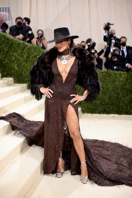 Голливудская актриса и певица Дженнифер Лопес удивила гостей мероприятия образом в духе Wild West (Дикий Запад). Коричневое платье с глубоким декольте бренда Ralph Lauren она дополнила меховой накидкой и шляпой в ковбойском стиле.