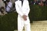 Американский актер Тимоти Шаламе — один из немногих мужчин на Met Gala, который в качестве наряда выбрал не классический черный смокинг, а костюм белого цвета. Образ в стиле спорт-шик марки Haider Ackermann состоял из облегающего жакета, спортивных брюк-джоггеров и кед Converse.