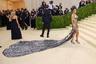 Американская певица и танцовщица Тейяна Тейлор, которая в 2021 году возглавила список самых сексуальных женщин по версии журнала Maxim, вышла на публику в откровенном серебристом наряде Prabal Gurung в стиле нулевых. Соединенные между собой бюстгальтер и юбка на низкой посадке обнажили стройную фигуру знаменитости и подтвердили ее первенство в рейтинге.