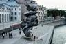 """Урс Фишер создал скандальный монумент в 2014 году. Он <a href=""""https://hyperallergic.com/213891/urs-fischers-big-clay-4-the-most-expensive-turd-in-the-art-casino/"""" target=""""_blank"""">взял</a> несколько комков глины и сложил их в неаккуратную кучу, которая стала образцом для будущей 13-метровой конструкции из алюминия. На серебристой поверхности видны вмятины от человеческих пальцев, как будто с материалом только что работал мастер. В 2015 году «Глину» привезли в Нью-Йорк — в качестве временной инсталляции она стояла на Манхэттене около знаменитого небоскреба Сигрем-билдинг. Позже скульптура отправилась в итальянскую Флоренцию.<br><br>Очередной локацией монумента стала Болотная набережная в Москве, его появление вызвало широкий резонанс, пользователи сети сравнили работу с экскрементами. В обсуждении работы Фишера <a href=""""https://lenta.ru/news/2021/08/16/bolshaya_glina/"""" target=""""_blank"""">отличился</a> телеведущий Максим Галкин. Он назвал ее «стопкой не очень аккуратного дерьма и кошмаром», а художника обвинил в отсутствии таланта. За скульптора <a href=""""https://lenta.ru/news/2021/08/19/sobchak_sculpture/"""" target=""""_blank"""">вступилась</a> журналистка Ксения Собчак, упрекнув россиян в «дремучем сознании»."""