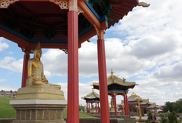 Фигура святого ламы на территории центрального хурула Калмыкии