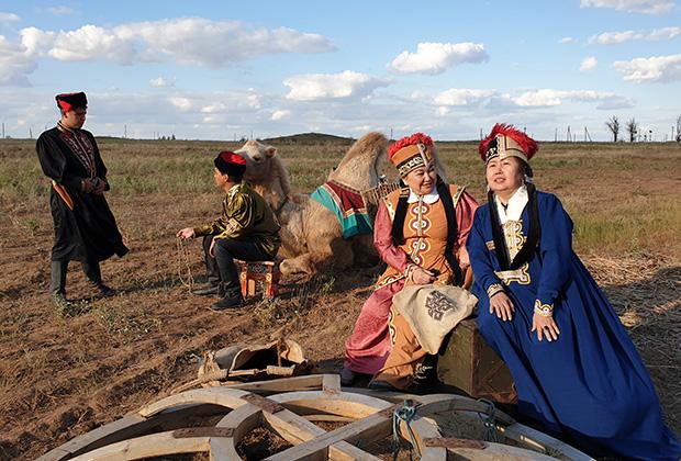 Женские костюмы, головные уборы и чехлы для кос у калмыков очень живописны